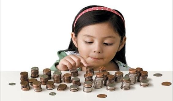 menina contando moeda