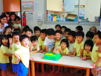 Festa de aniversário do meu filho, convido o professor ou não?